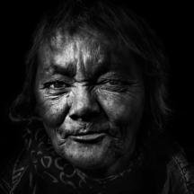 Žena před nádražím / The railway station woman