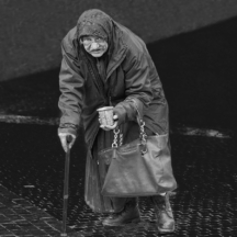 Žebračka s holí / Homeless old woman