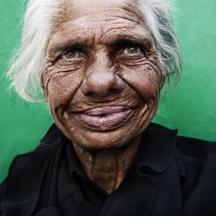 Pozitivní bezdomovkyně / Positive homeless woman